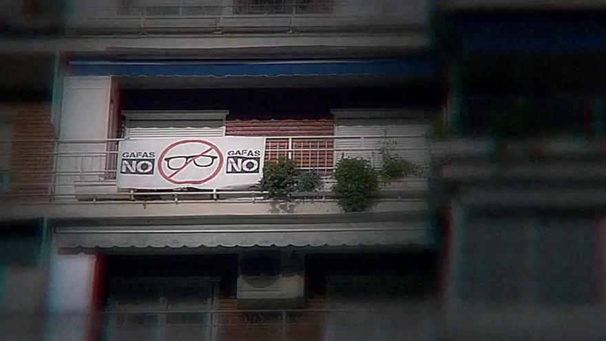 """Fotograma de un vídeo de la campaña de Red Acoge """"También soy gafotas""""."""