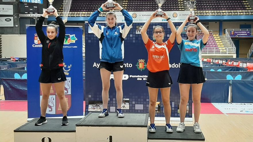 Lorena Gil, con camiseta roja, en el podio como tercera clasificada.