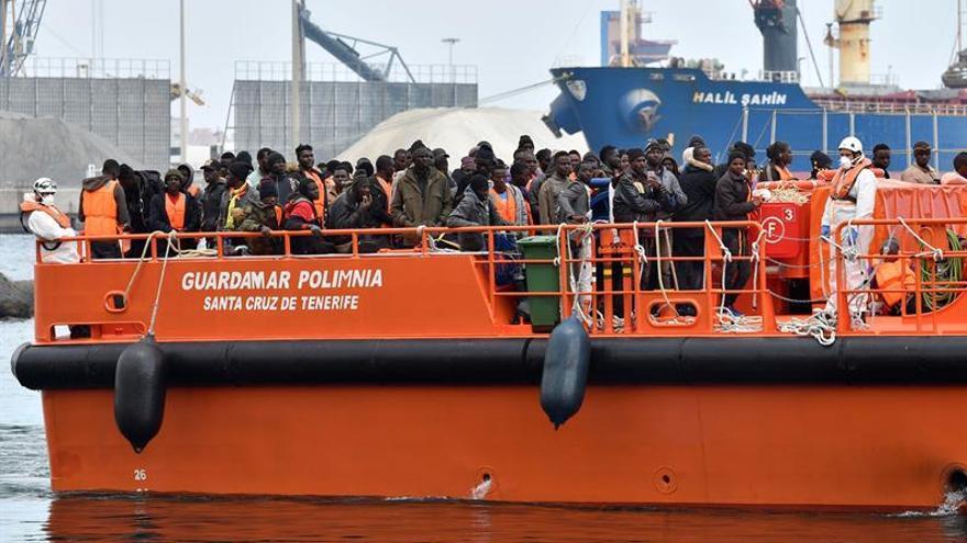 Un grupo de inmigrantes rescatados pasa la noche a bordo del barco de Salvamento