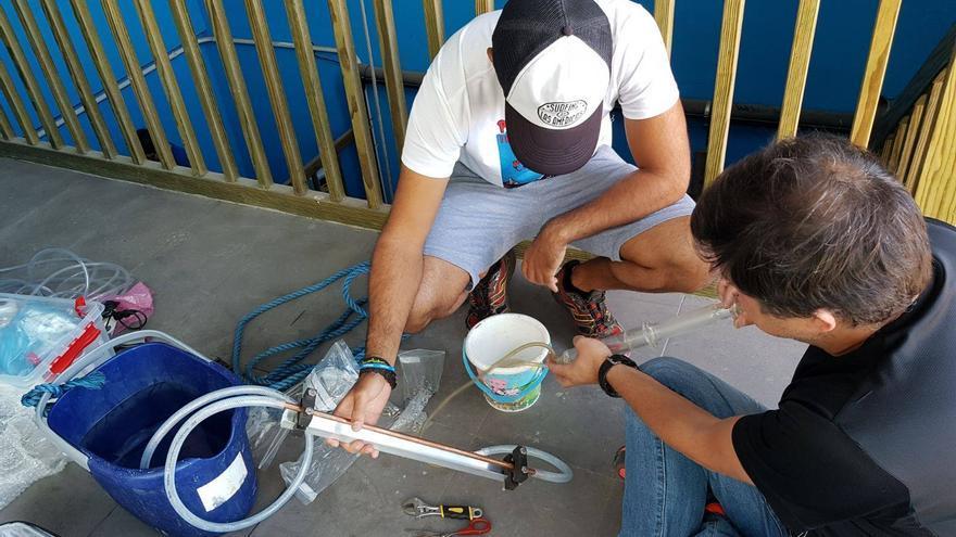 Toma muestras de agua a cargo de técnicos del Involcan. Foto: INVOLCAN