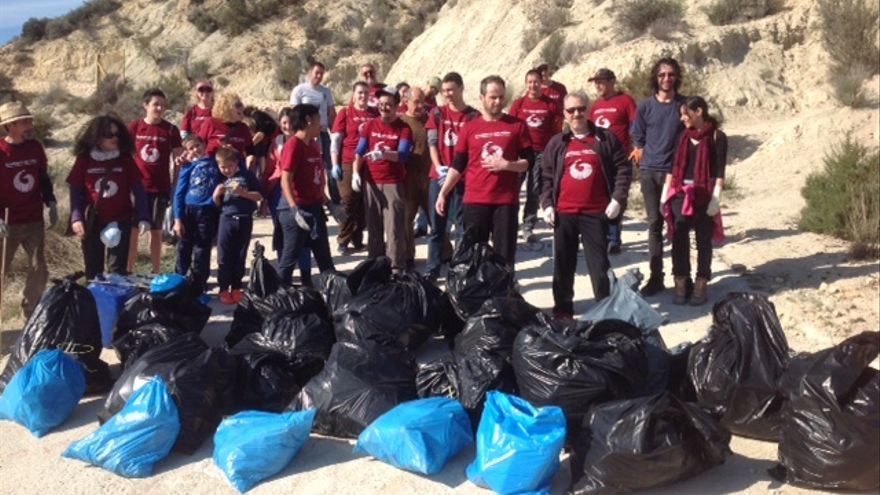 Voluntarios convocados por Ganemos Archena con el resultado de su limpieza