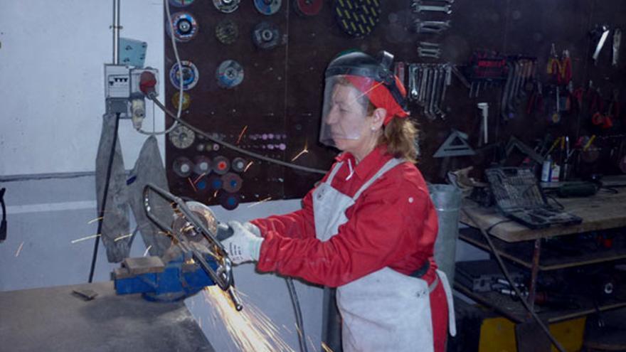Josefa Zarraute trabajando en una de las piezas. / Mundoclip.