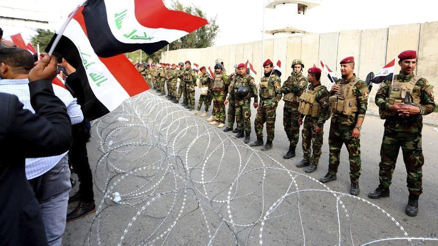 Manifestación contra la corrupción organizada por seguidores del líder chií Moqtada al Sadr en la entrada de la Zona Verde de Bagdad en 2016.