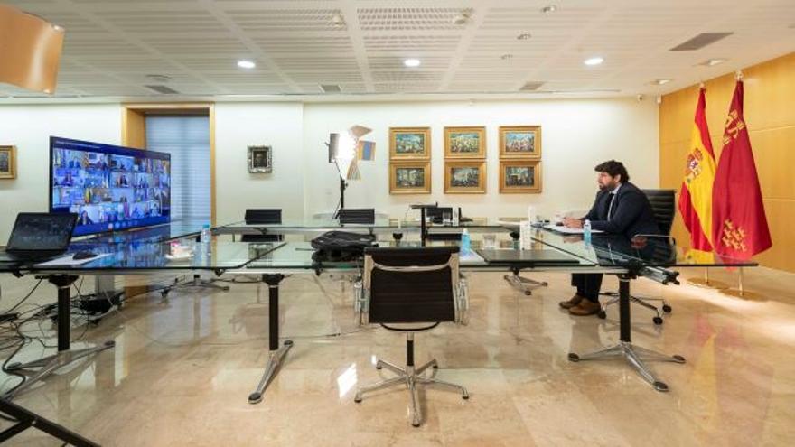 El presidente de Murcia en la videoconferencia con Pedro Sánchez y los jefes de gobierno autonómicos
