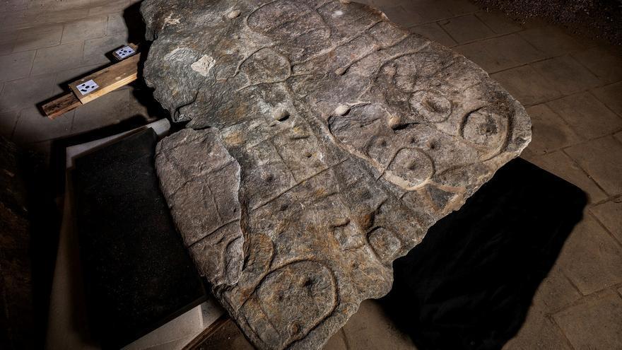 Hallado en Francia en una losa el mapa en 3D más antiguo de Europa