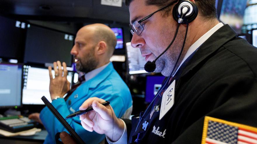 Wall Street abre verde y el Dow Jones sube 0,35 % pese a datos económicos