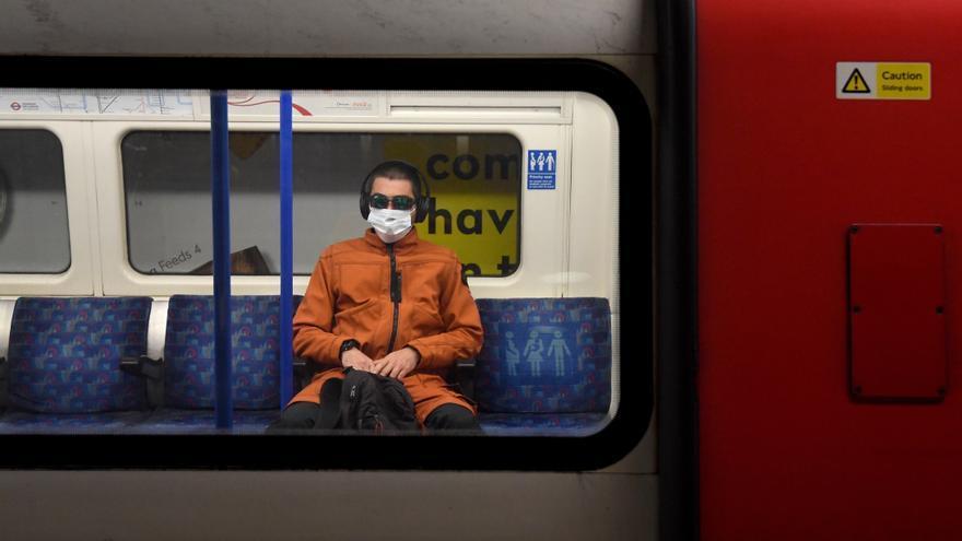 El metro de Londres elimina los dibujos de Banksy en favor de la mascarilla