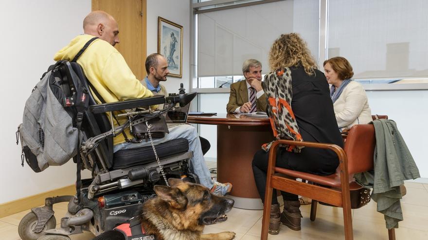 Cantabria regula por ley el acceso a lugares públicos de perros de ayuda a personas con discapacidad