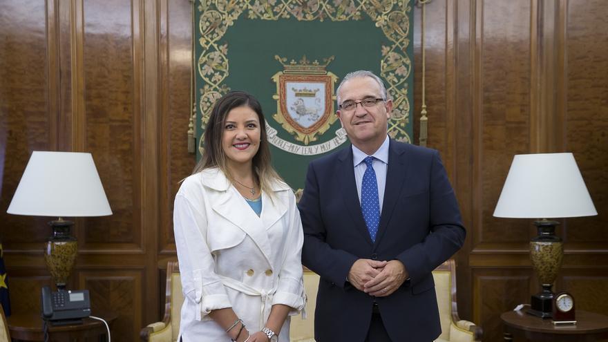 El alcalde de Pamplona recibe a Yamila Osorio, expresidenta de la región peruana de Arequipa