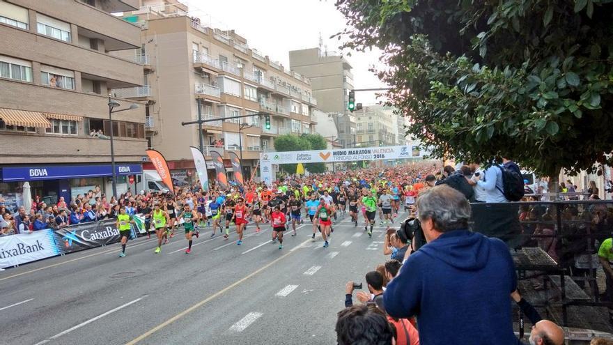 Salida del Medio Maratón Trinidad Alfonso, este domingo, en las calles de Valencia.