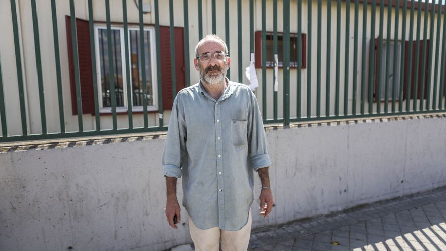 Manuel Teresa Cobián en el exterior del albergue de la Campaña de Frío de Vallecas