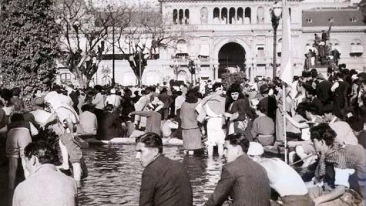 """Las """"patas en la fuente"""" en la marcha para pedir la liberación de Perón, el 17 de octubre de 1945"""
