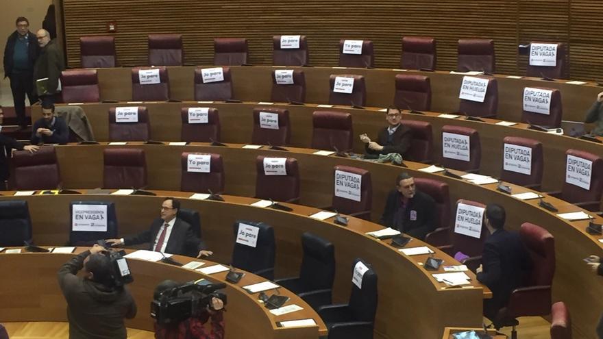 Escaños vacíos de las diputadas de la izquierda en las Corts Valencianes por la huelga feminista.