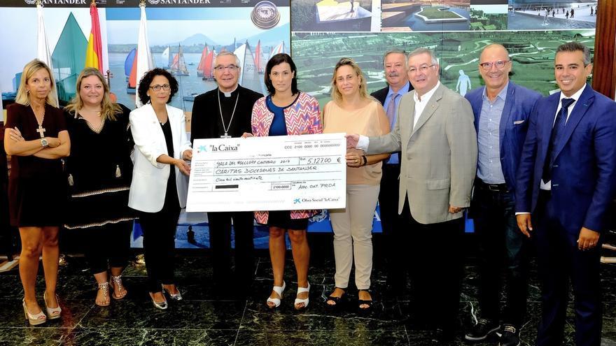 Cáritas recibe los 5.000 euros recaudados en la Gala del Folclore cántabro
