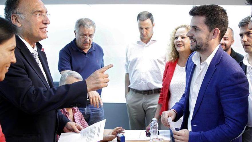 El presidente del Comité organizador de la primarias primarias del PSOE de Canarias, Manuel Fajardo (i), conversa con Emilio Fariña (d), representante de la candidatura de Juan Fernando López Aguilar