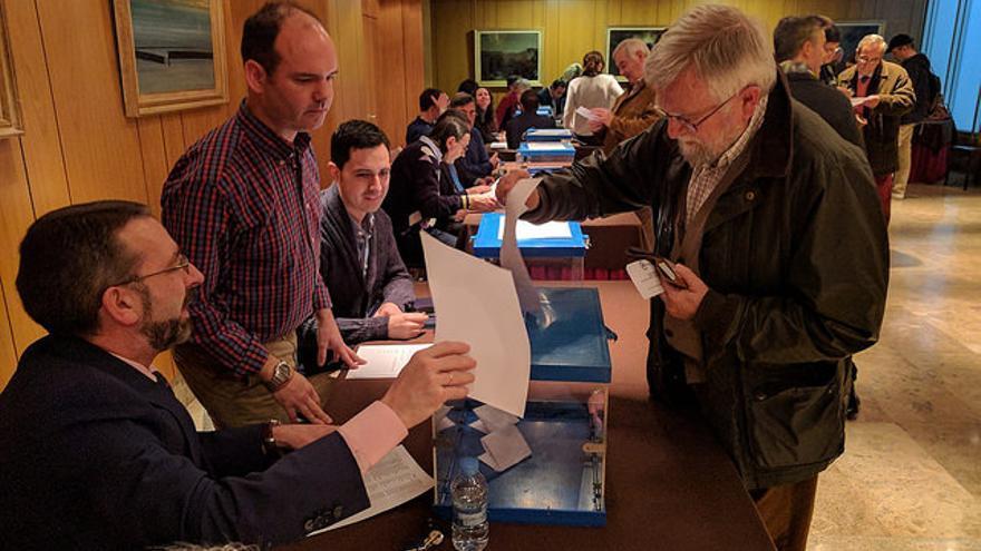 Un afiliado ejerce su derecho a voto en las primarias del PP de Cantabria.