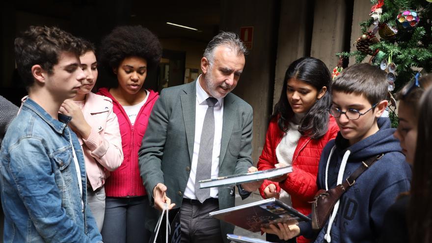 Ángel Víctor Torres con los alumnos.
