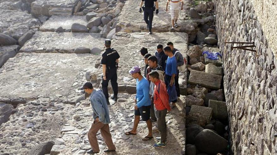Descubren a 67 inmigrantes que intentaban viajar como polizones en Melilla