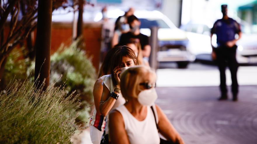 Varias personas protegidas con mascarilla