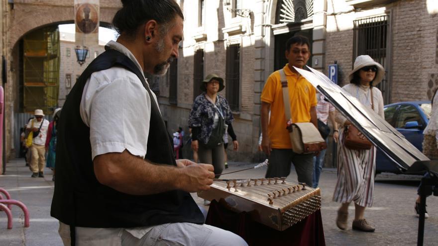 Renzo Ruggiero interpretando música con su santur en la calle Arco de Palacio / toledodiario.es