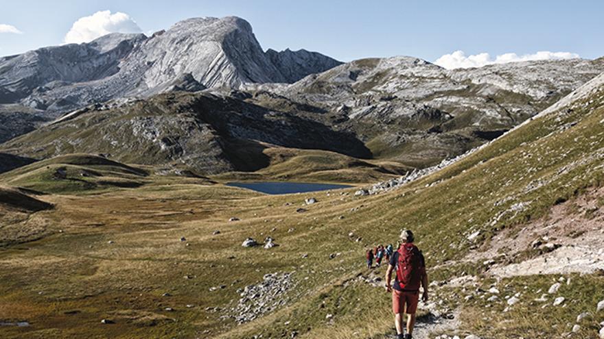 Camino de un pequeño lago a los pies del monte Seekofel (2.810 metros).