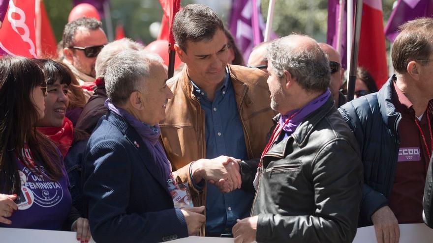 Pedro Sánchez, entre los dirigentes de UGT y CCOO, Pepe Álvarez y Unai Sordo, durante la manifestación del 1 de mayo de 2018