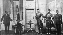 Una escena de la obra 'R.U.R' donde aparecen tres robots (a la derecha)