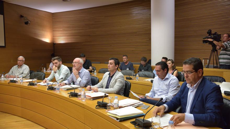 Toni Subiela (Ciudadanos), el tercero por la derecha, en la comisión parlamentaria para crear la nueva radiotelevisión pública.