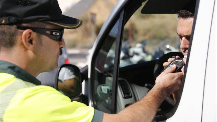 La DGT detecta una media diaria de 273 conductores que consumen alcohol o drogas