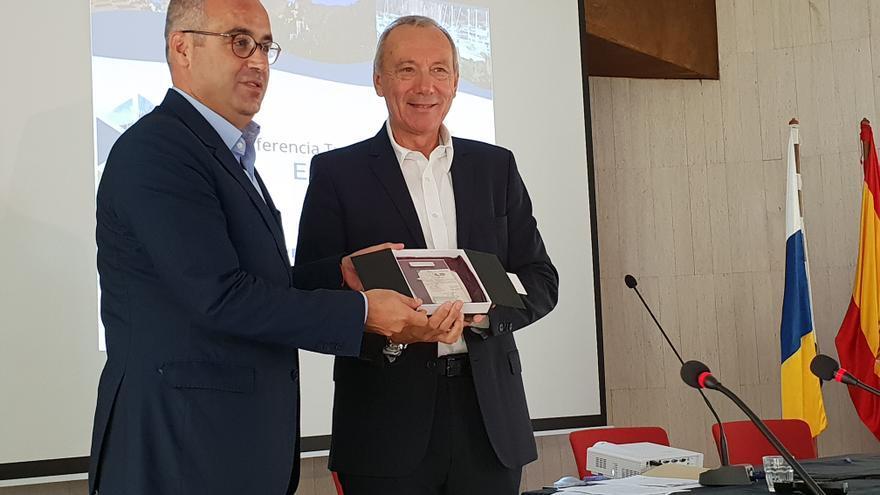 Sergio Matos (i) recibió este lunes el sello 'Odyssea'.