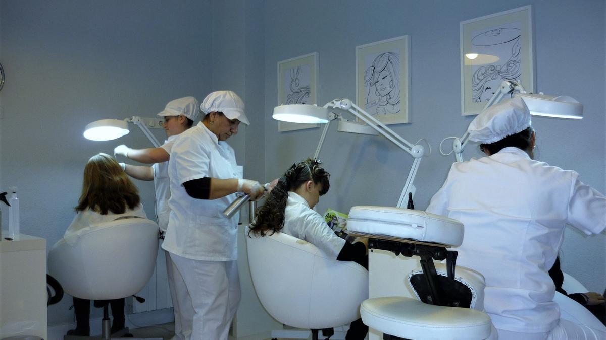 Trabajadoras de Head Cleaners durante una sesión para eliminar piojos