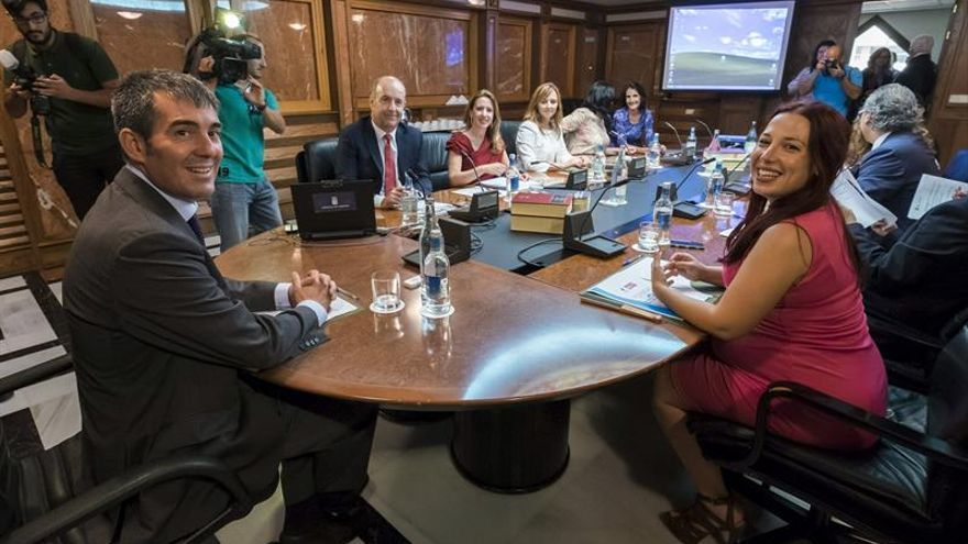 El presidente de Canarias, Fernando Clavijo y la vicepresidenta, Patricia Hernández, presidieron el primer Consejo de Gobierno de la nueva legislatura. (EFE/Ángel Medina G)
