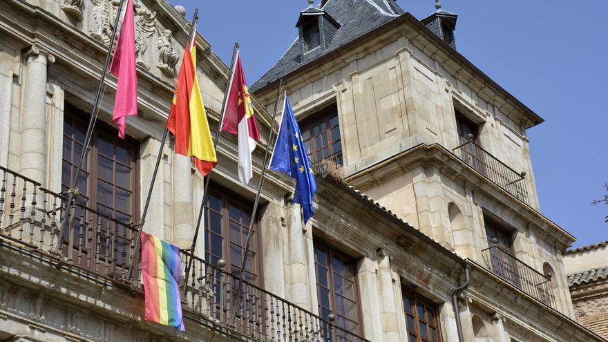 Bandera del orgullo LGBTI en Toledo