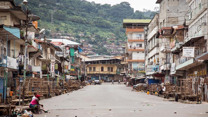 Ciudad medio desierta durante un encierro de tres días para evitar la propagación del virus del Ébola, en Freetown, Sierra Leona, septiembre de 2014 (AP Photo / Michael Duff)