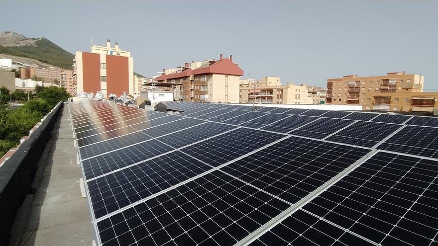 Archivo - Imagen de placas fotovoltaicas en un edficio