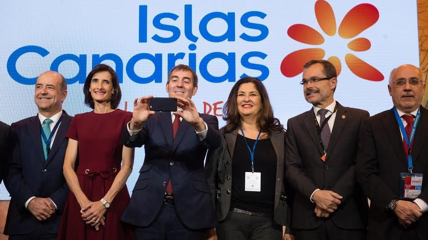 Fernando Clavijo, junto a consejeros del Gobierno canario y a presidentes de cabildos. (NACHO GONZÁLEZ)