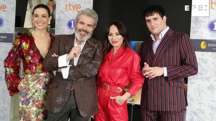 """La presentadora Raquel Sánchez Silva (i) junto a los diseñadores Lorenzo Caprile (2i), María Escoté (2d) y Alejandro G. Palomo (d), durante la presentación este jueves en Madrid de """"Maestros de la costura"""",regresa el lunes a Televisión Española."""