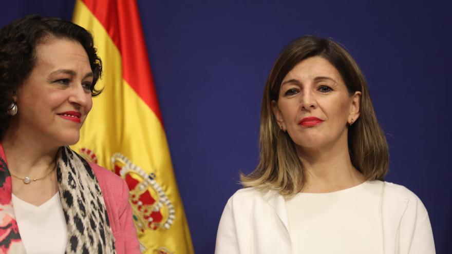 La nueva ministra de Trabajo, Yolanda Díaz (dech) y la exministra de Trabajo, Magdalena Valerio (izq) durante el acto de toma de posesión de los ministros, en la sede del Ministerio de Trabajo y Economía Social, en Madrid a 13 de enero de 2020.