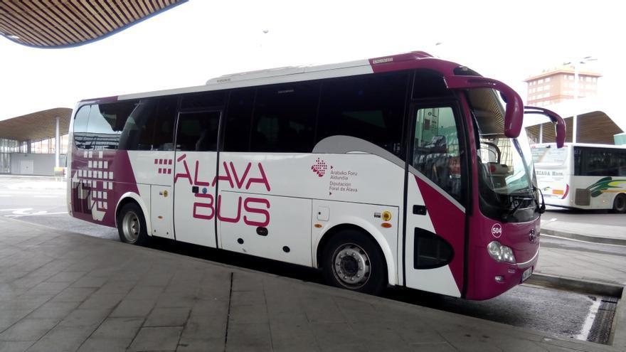 Un autobús que cubre las líneas de Álava