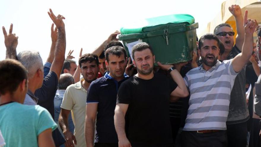 Funeral por las víctimas del atentado suicida en una boda en Gaziantep, Turquía. (AP/Mahmut Bozarslan)