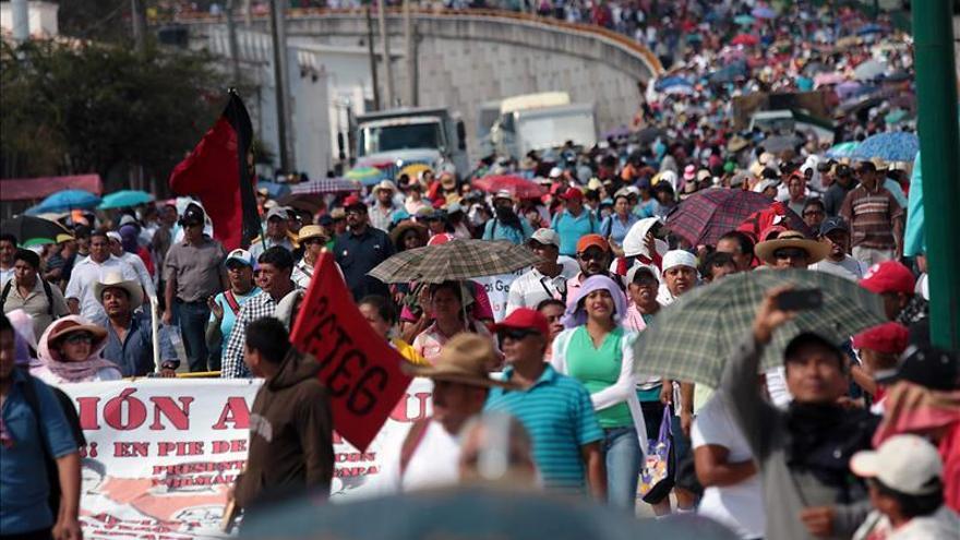 Un mar de personas reclama en una autopista mexicana la aparición de los estudiantes