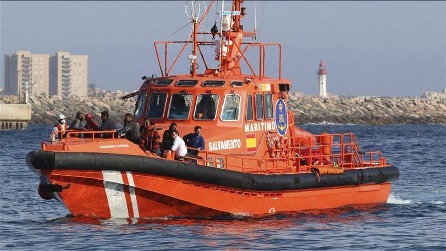 Rescatados 17 inmigrantes en dos barcas hinchables en el Estrecho