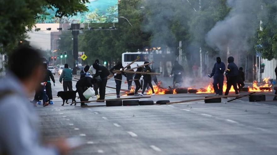 Con autobuses quemados y barricadas empieza en Chile un paro por bajas pensiones