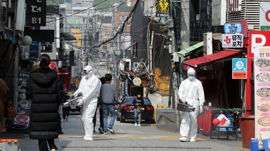 Desinfección en la zona de Itaewon, Seúl, este 11 de mayo