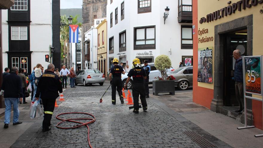 En la imagen, actuación de Bomberos La Palma en la  Calle Pérez de Brito, esquina Avenida de El Puente. Foto: JOSÉ AYUT.