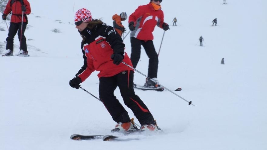 El fuerte viento solo permite abrir dos pistas de esquí en Alto Campoo