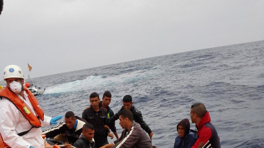 Imagen de los diez argelinos rescatados por Salvamento Marítimo de una patera en Tabarca
