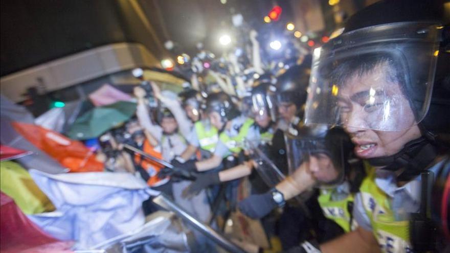 28 Detenidos tras otra noche de enfrentamientos en Hong Kong