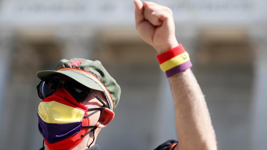 Un ciudadano participa en una protesta de asociaciones memorialistas y en favor de la memoria histórica frente al Congresode los Diputados.