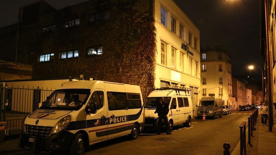 La policía custodia el Annexe y las inmediaciones día y noche. Identifican a los autores de esta crónica antes de permitirles entrar en la casa / Foto: Luna Gámez